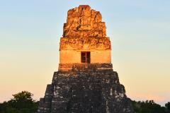 Templo I de Tikal iluminado por el últimos rayos del sol